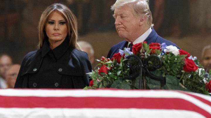 На церемонии прощания с Бушем-старшим Трамп демонстративно отвернулся от Клинтонов