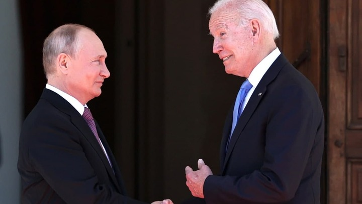 Генерал-майор ФСБ посоветовал Байдену поискать бревно в собственном глазу