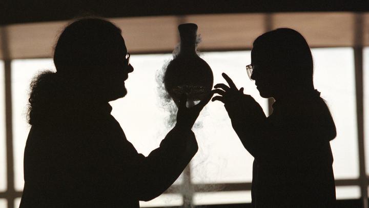 Весёлая вдова объяснила зрителям опасность дымящегося коктейля