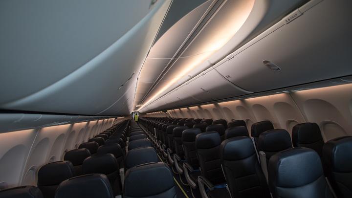 Из-за неадекватного поведения пассажирку авиарейса «Владивосток-Новосибирск» привязали к креслу