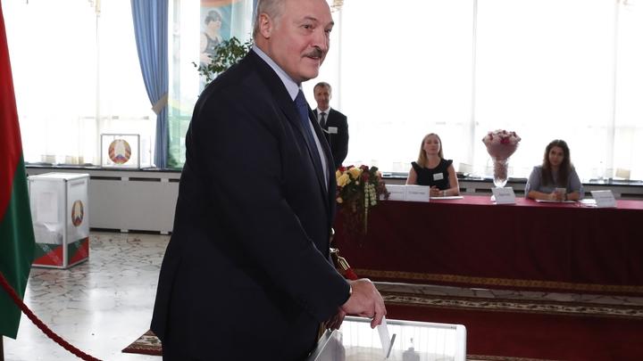 Лидера Белоруссии встречали две спортсменки, Коля остался на лестнице