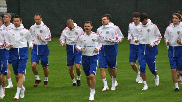 Футболисты сборной России проводят восстановительную тренировку