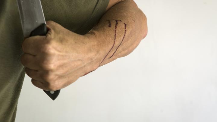 В Батайске пьяный мужчина набросился с ножом на школьников