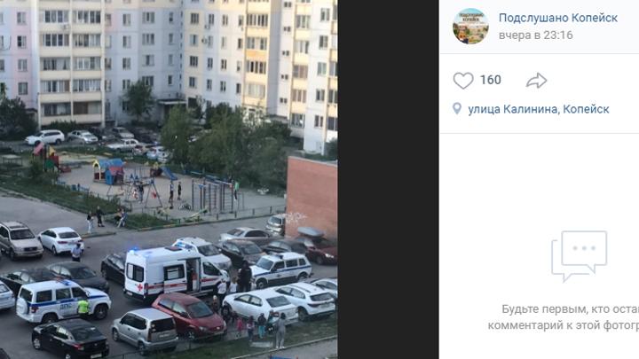 Автомобиль сбил ребенка с самокатом во дворе многоэтажки в Копейске