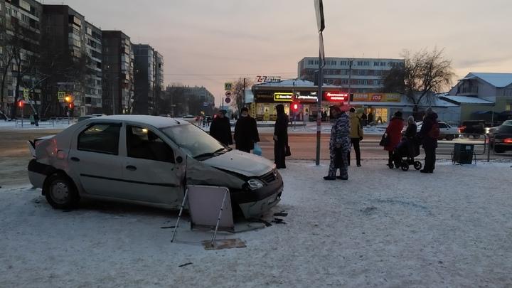 Автомобиль протаранил остановку в Челябинске, пострадали 6 человек: подробности аварии