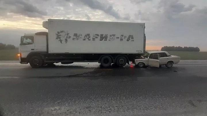 ВАЗ протаранил грузовик: Пять человек пострадали в ДТП под Новосибирском