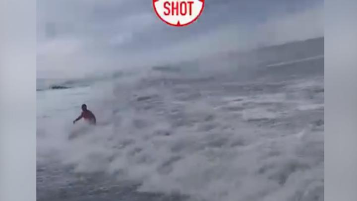 Наплевал на запрет: В Сочи во время сильного шторма утопающего вытащили на берег
