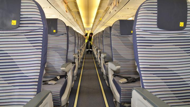 «Сел бочком»: Пассажирский самолет в британском аэропорту скопировал вертикальную посадку - видео