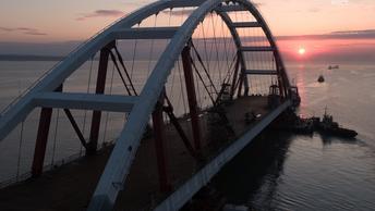 Эксперты проверяют оборудование для подъема автомобильной арки Крымского моста