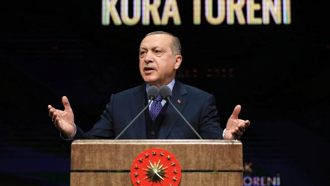 Эрдоган объявил, что США направили тысячи контейнеров соружием боевикам вСирии