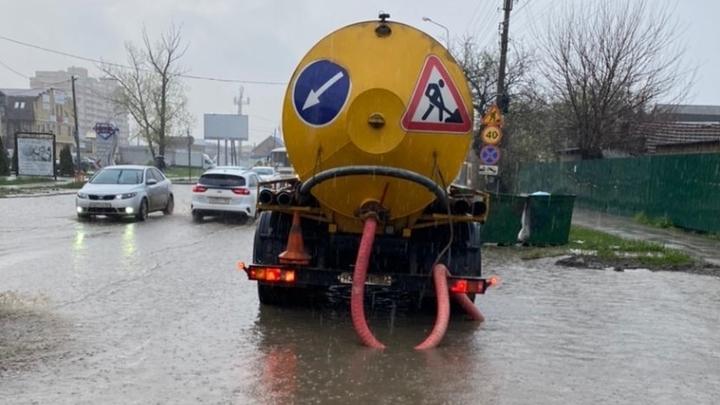 Снова дождь, снова коллапс: В Краснодаре для откачки воды с улиц привлекли 20 машин