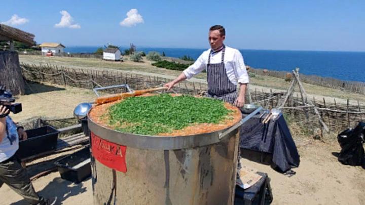 Кубанский повар приготовил 1101 литр борща и попал в Книгу рекордов России