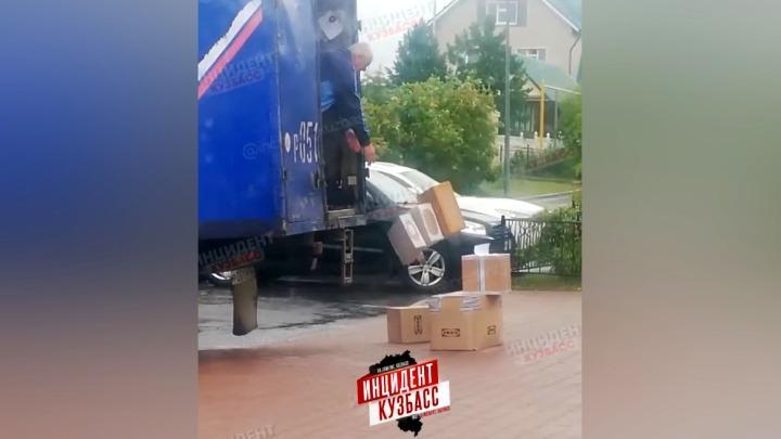 Скоростной способ разгрузки почтовой машины кемеровчане сняли на видео