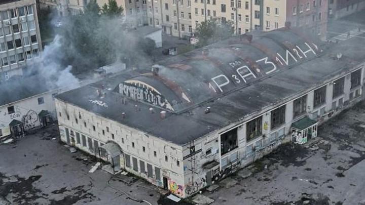 В Санкт-Петербурге загорелось здание Невского рынка
