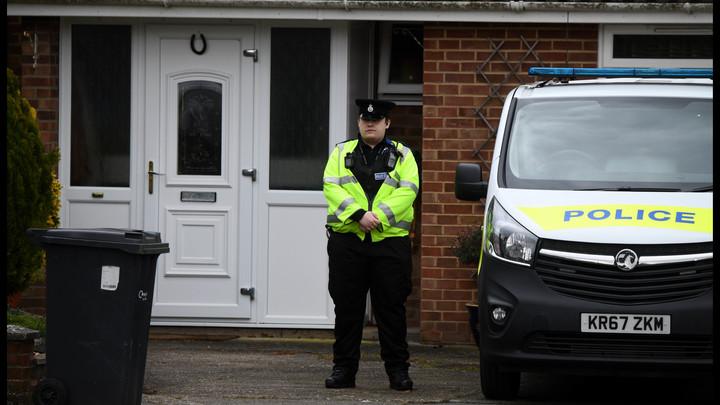 Полиция Британии устроила детектив-шоу вокруг детской площадки у дома Скрипаля в Солсбери