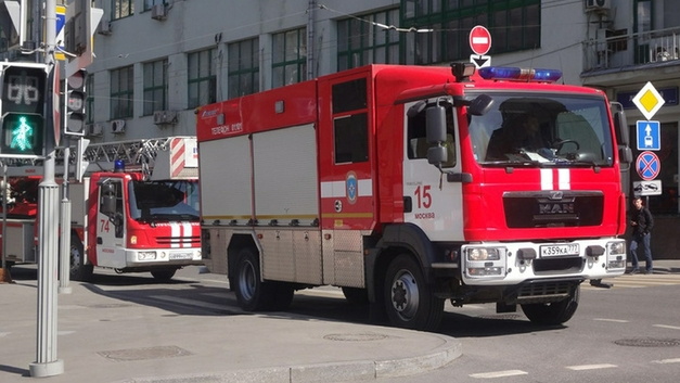 Срочная эвакуация, клубы дыма и паника: На Сахалине горит многоэтажка - фото