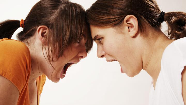 Обед с гвоздями и плевки в лицо: Как издеваются над российскими девушками за рубежом