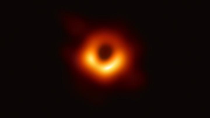 Не увидели, но вычислили: В центре Млечного Пути обнаружили необычную чёрную дыру