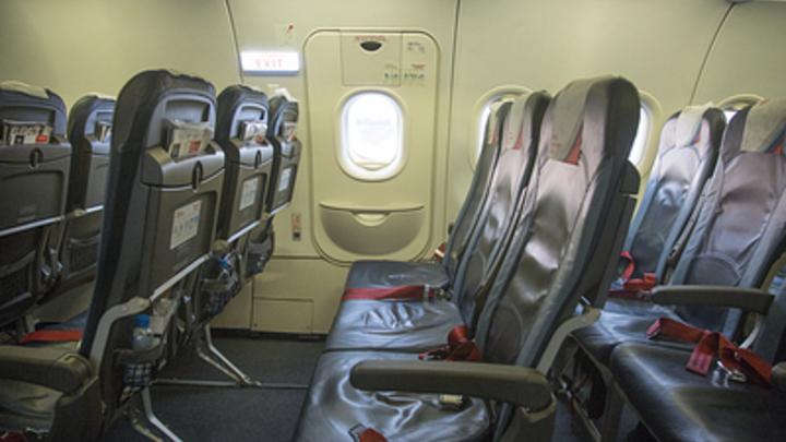 «Кровь носом, адские головные боли»: В Индии десяткам пассажиров стало плохо в салоне самолета