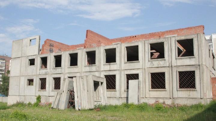 20 лет строили, а теперь снесут: в Челябинске демонтируют опасный корпус школы
