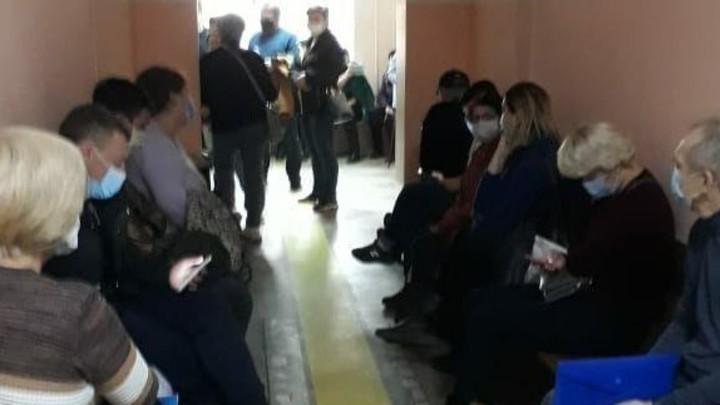 Жители Челябинской области стоят в очереди за больничными по 10 часов