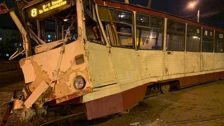 В челябинском ДТП с КамАзом пострадал водитель трамвая