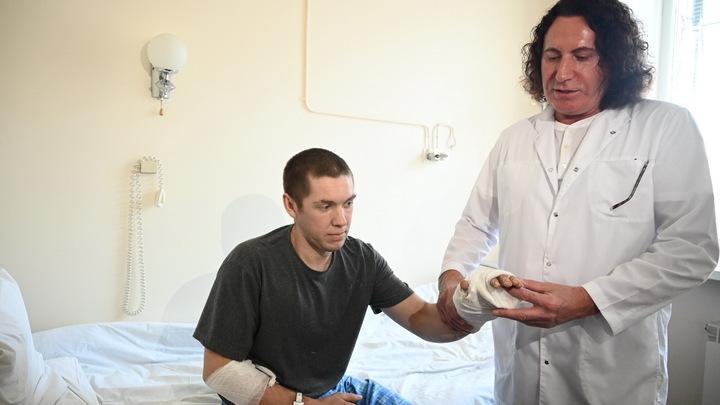 В Челябинске врачи пришили сварщику отрезанную кисть