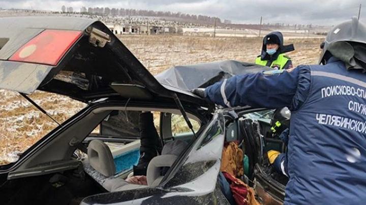 На трассе в Челябинской области легковушка столкнулась с фурой на М-5
