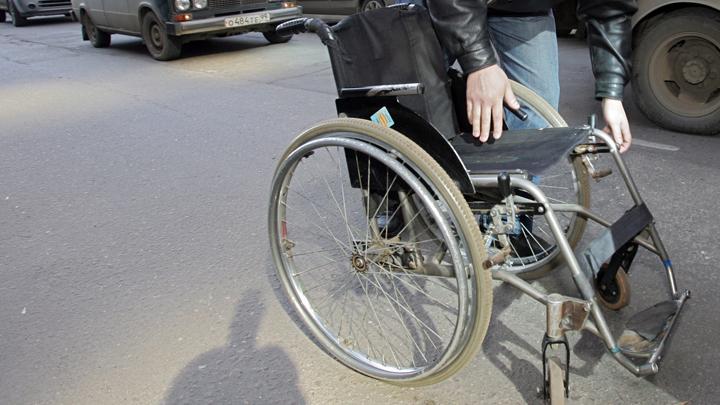 В Челябинске 12-летнего мальчика выносят на улицу на руках: в доме нет лифта