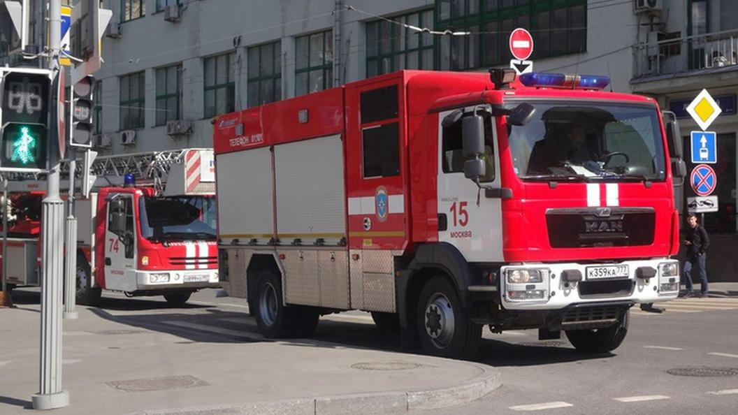 Пожар в торговом центре на востоке Москвы пока не локализован