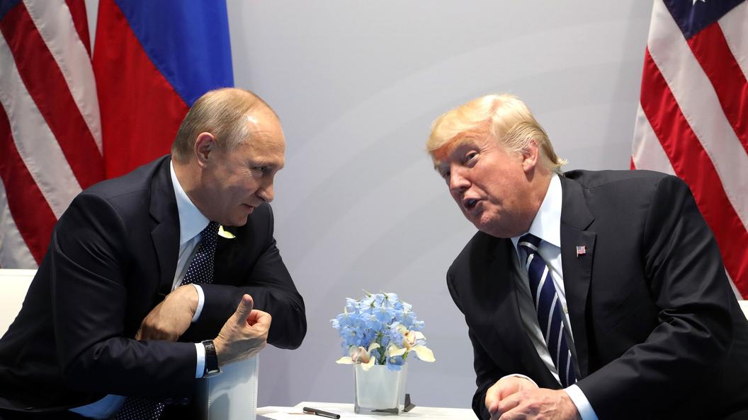 СМИ распространили видео, накоторых Трамп подает «тайные знаки» Путину