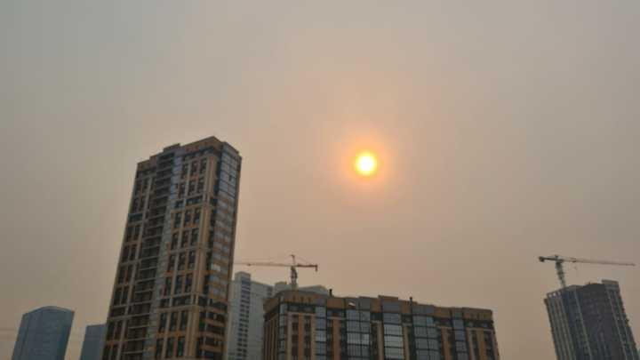 Смог над Новосибирском окрасил солнце в оранжевый цвет