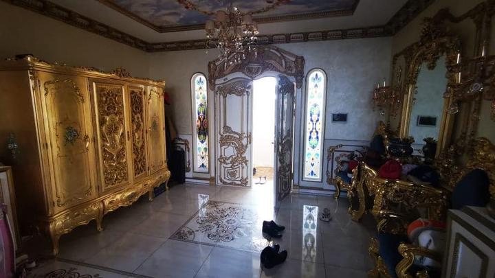 Не уверен в себе, обижен: что скрывал хозяин ставропольского гаишно-цыганского Версаля