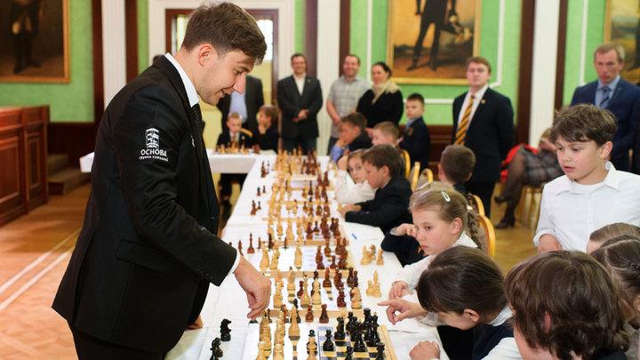 Сергей Карякин сыграл партию с учениками гимназии Святителя Василия Великого