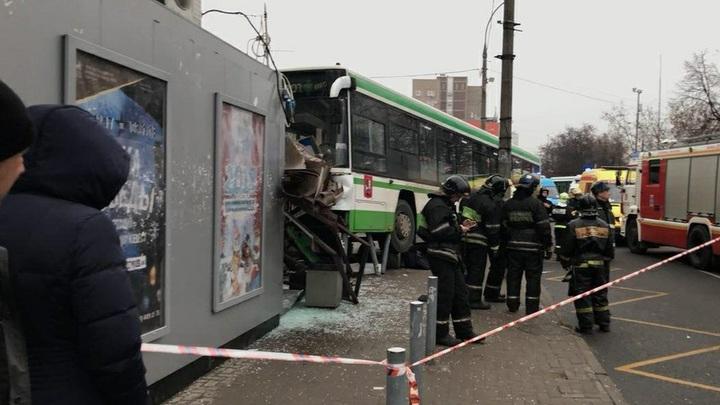 Подрезал или нет: К видеозаписи наезда автобуса на остановку в Москве возникли вопросы