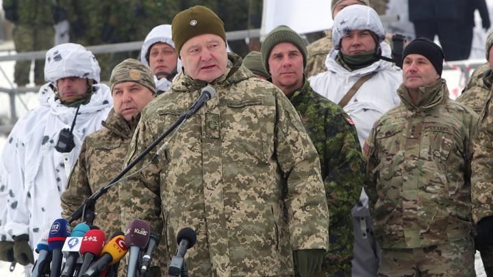 «Символично»: Порошенко выступил на фоне указывающей на него надписи «Опасно» - фото