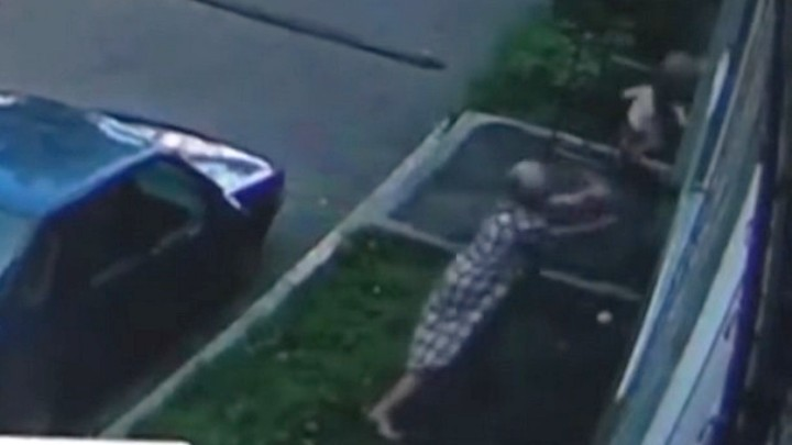 Поймала на руки: появилось видео спасения падающего из окна ребенка