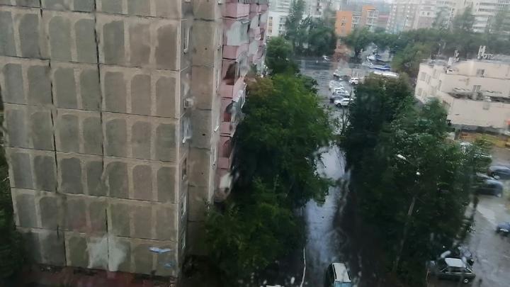 На Кубани ураганный ветер снес крышу с двухэтажного дома