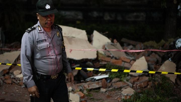 Число жертв тектонического удара в Индонезии достигло 384 человек