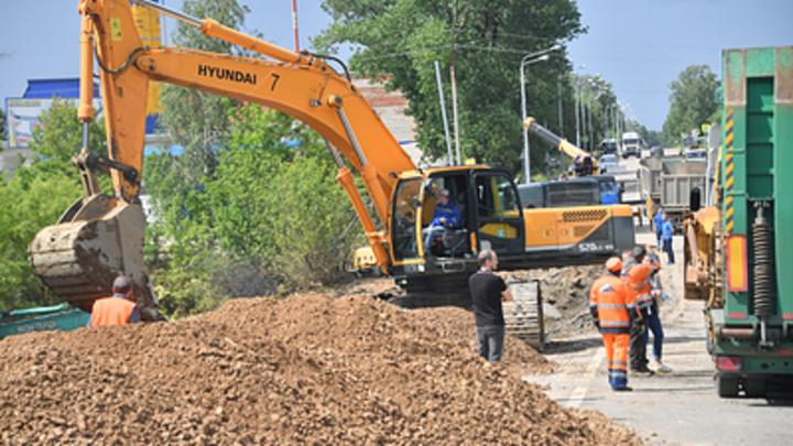 В Новосибирске раскопали отремонтированную неделю назад дорогу