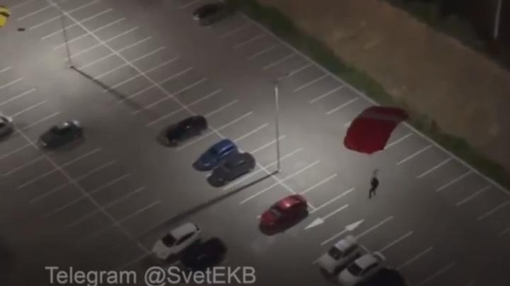 Экстремал спрыгнул с парашютом с высотки и врезался в машину в Екатеринбурге