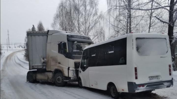 Пострадало девять: в Челябинской области в ДТП столкнулись пассажирский автобус и фура