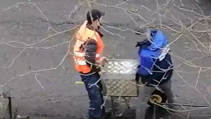 Ради отчета коммунальщики устроили передвижную фотосессию единственной урны у каждого подъезда