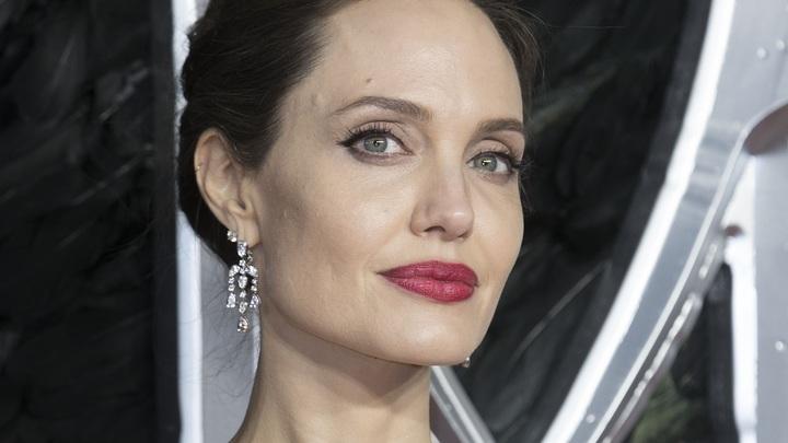 Хочу жить в другой стране: Анджелина Джоли мечтает покинуть США, но не можетуехать