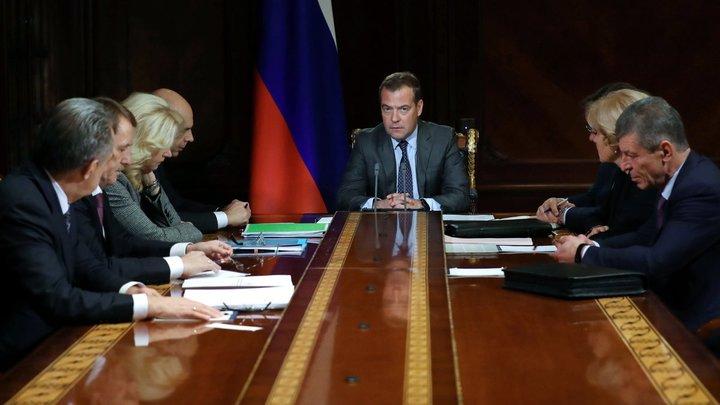 Смотрю, у меня чай другого цвета: Медведев устроил совещание в поезде