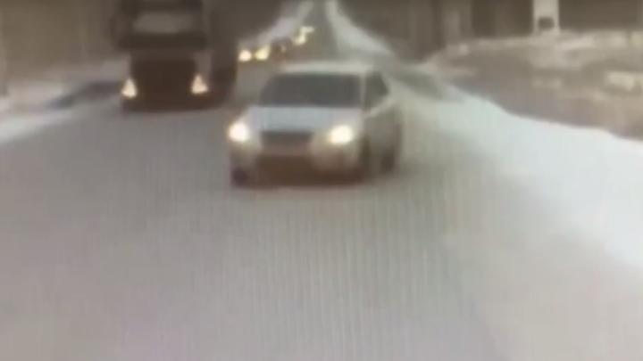 В соцсетях появилось видео аварии с экипажем ДПС, прикрывшим автобус с детьми под Челябинском