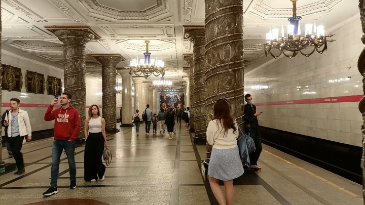 Прорвало: вестибюль станции метро «Московская» временно закрыт