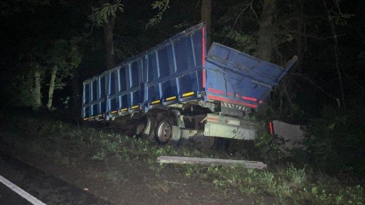 Один человек погиб, трое пострадали: На Кубани легковушка влетела в КамАЗ