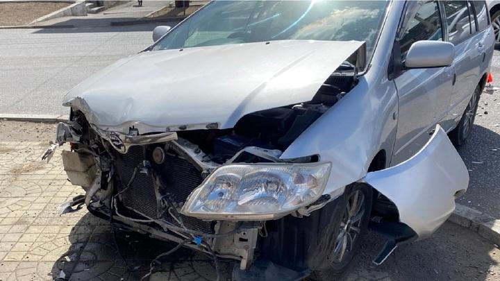 В Чите 50-летняя автоледи на Тойоте протаранила Приору