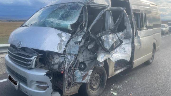 В Хилокском районе на встречке пострадали два пассажира микроавтобуса